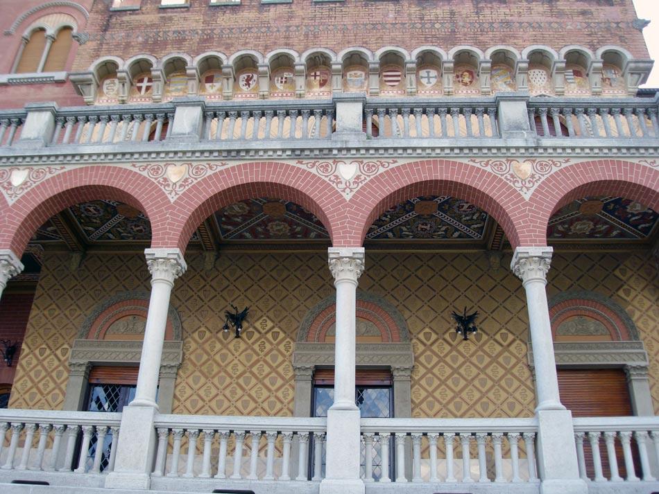 9A-castello-privato-primi-del-'900-Riviera-Ligure-decorazione-a-graffito-compresa-fra-gli-archi-del-loggiato